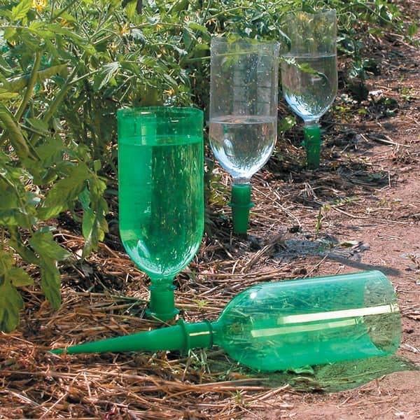 Полив из пластиковых бутылок через специальный стержень